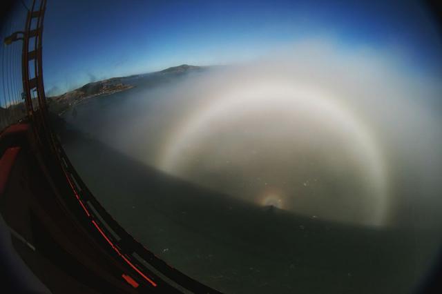 Fogbow_glory_spectre_bridge_Brocken-Inaglory-CC-BY-SA